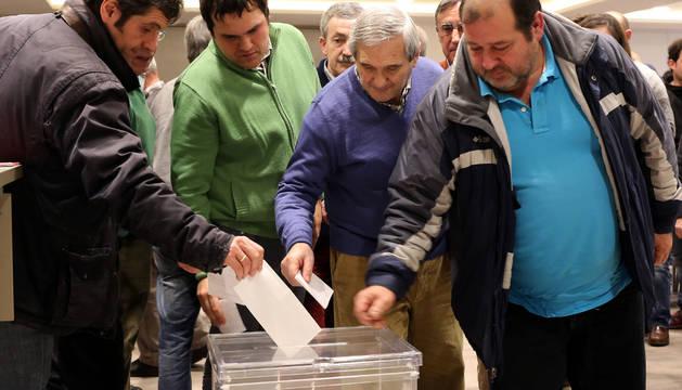 Socios compromisarios votan en la última asamblea de Osasuna.