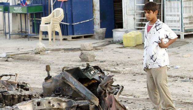 Destrozos causados por un coche bomba en Bagdad.