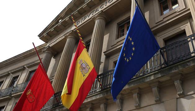 Banderas en el Palacio de Diputación.