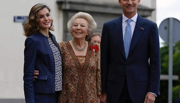 Los Reyes y la princesa Beatriz de Holanda, a su llegada al Museo del Prado para inaugurar la gran exposición sobre El Bosco.