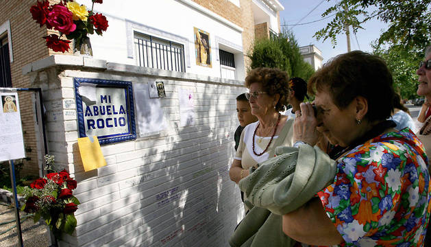 Imagen de 2006 de varias personas junto al muro que rodea la casa de Rocío Jurado en Chipiona.