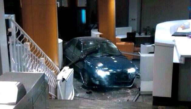 El coche que el acusado empotró en 2014 contra el edificio de la sede del PP en la calle de Génova.