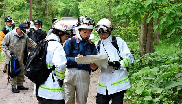 Los equipos de rescate, buscando al niño.