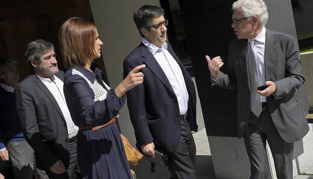 Patxi López (c), acompañado por el candidato al Congreso por el PSN, Jesús María Fernández (d), y por la secretaria general de esa formación, María Chivite, tras la conferencia que ha ofrecido en Pamplona.