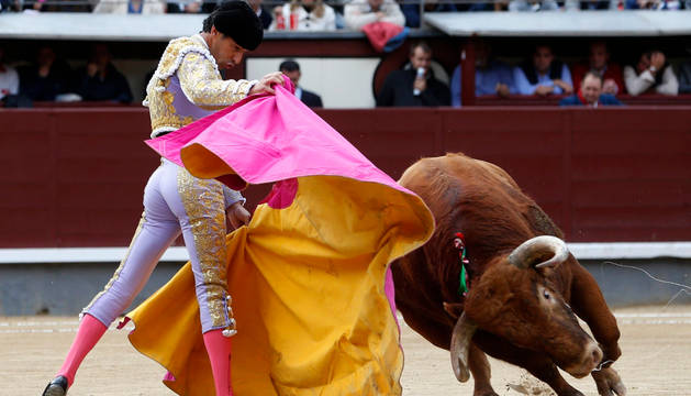El diestro Iván Vicente da un pase con el capote a su primer toro.