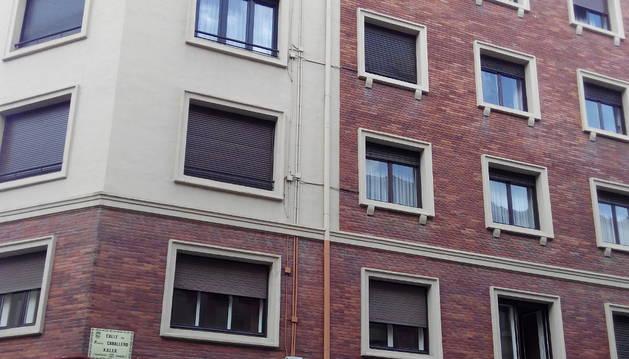 Imagen que demuestra el buen estado y estética de una vivienda de la calle Paulino Caballero, donde la tubería que los recoge está pintada de colores.