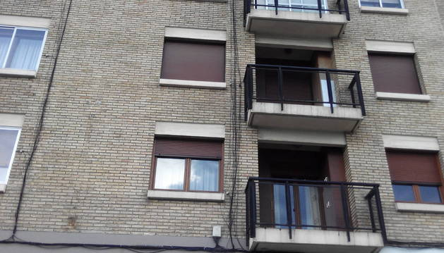 Vista de la fachada de la calle Sadar, entre los números 2 y 4, donde los cables están sueltos y tirados sin orden en horizontal y vertical.