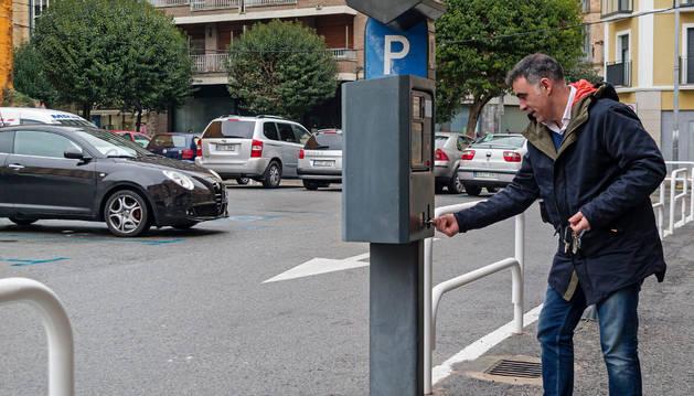 Una persona realiza el pago en una zona azul de la ciudad.