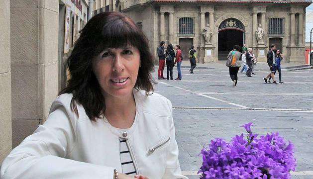 Maite Esporrín en la Plaza Consistorial, con el Ayuntamiento de Pamplona al fondo.