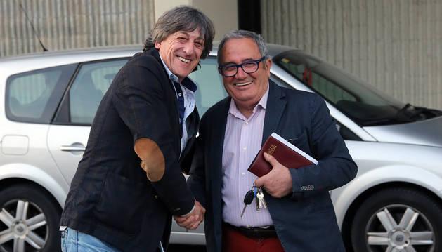 Apretón de manos entre Enrique Martín Monreal y Luis Sabalza, ayer en El Sadar a las 21.15, antes de iniciar su encuentro para tratar la renovación.
