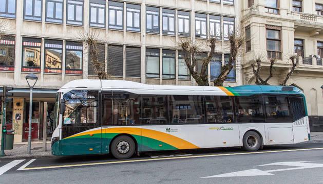 Imagen de una autobús del servicio de transporte urbano comarcal a su paso por Pamplona.