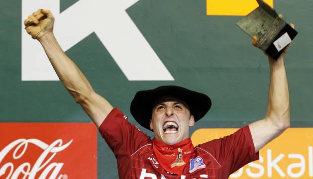 Martínez de Irujo celebra su triunfo en el Cuatro y Medio de 2010.