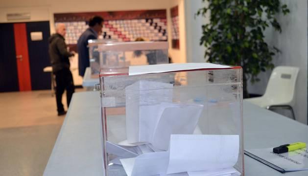 Las urnas permanecen abiertas de las 10 horas en el estadio de El Sadar.