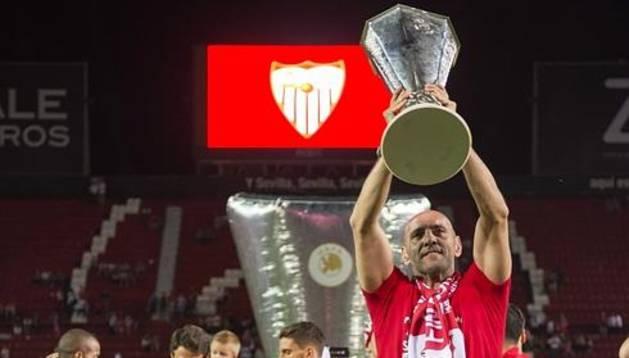 """Ramón Rodríguez """"Monchi"""" festeja con la afición la quinta Liga Europa del equipo sevillista."""