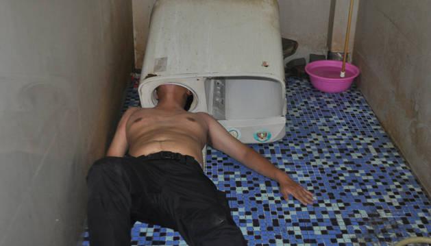 Los bomberos rescatan a un joven atrapado en una lavadora.