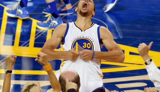 El jugador Stephen Curry de Golden State Warriors celebra el triunfo de su equipo.