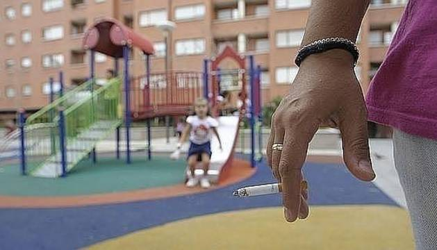 Los médicos plantean que fumar en presencia de niños se considere maltrato infantil