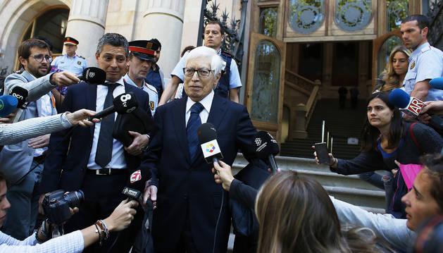 El abogado de Lionel Messi, Enrique Bacigalupo (d), y el abogado de su padre, Javier Sánchez-Vera (i), salen de la Audiencia de Barcelona.