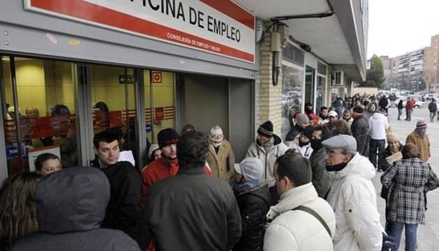 Desempleados hacen cola en una oficina del Inem en Madrid.