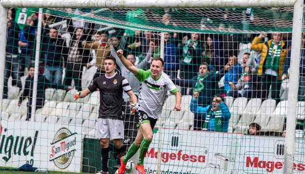 Un jugador del Racing celebra un gol en el partido disputado contra la Peña Sport.