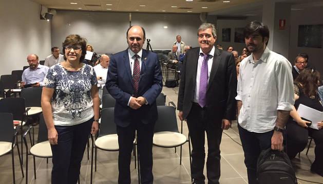 Manu Ayerdi y Eneko Larrarte, con Ana María Vicente y Juan Carlos Artazcoz, personal técnico del Departamento de Desarrollo Económico.