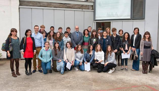 Las ganadoras del certamen, junto con sus profesoras y autoridades.