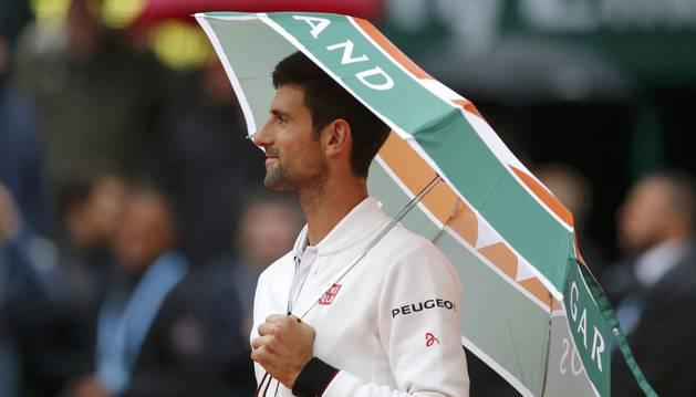 Djokovic, con un paraguas en Roland Garros.