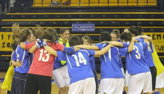Las jugadoras del Txantrea celebraron su ascenso en el Centro Insular de Deportes de Las Palmas.