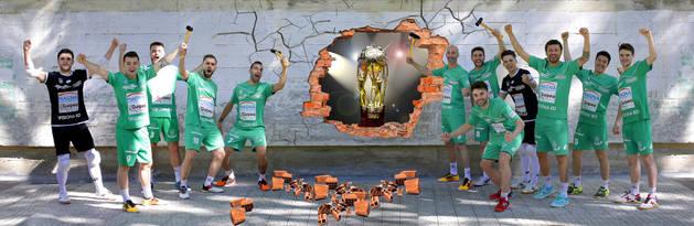 Los jugadores del Magna Gurpea, a romper el muro del Barcelona.
