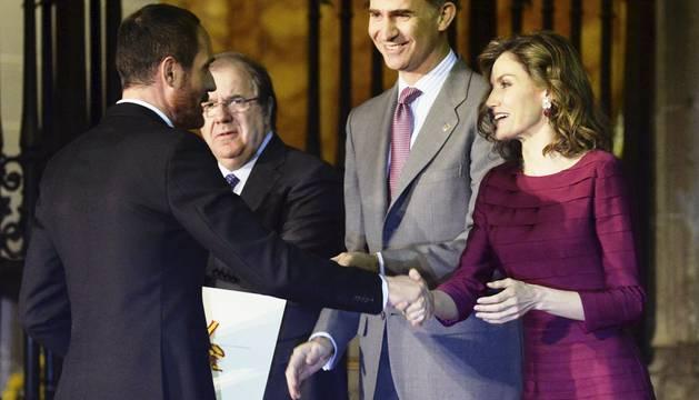 Los reyes Felipe VI y Letizia hacen entrega del Premio en la categoría de Moda a Josep Font.