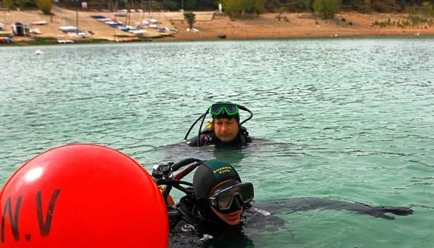 Dos miembros del Grupo Especial de Actividades Subacuáticas de la Guardia Civil, durante un simulacro en el pantano de Alloz.