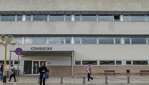 Vista de la puerta de entrada al edificio de consultas del Hospital García Orcoyen de Estella.