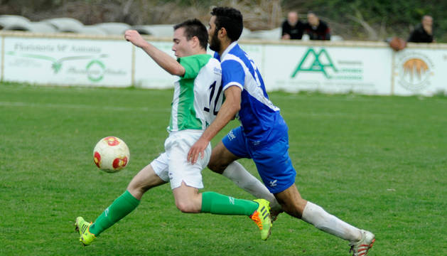 Un jugador del Marcilla Aurora trata de zafarse de un rival en un partido anterior.