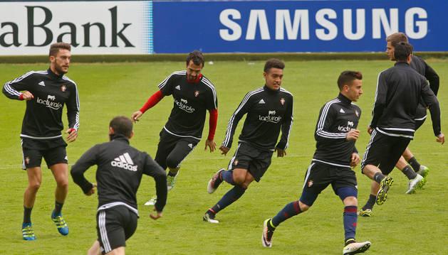 Roberto Torres, a la izquierda, entrenó ayer con normalidad junto a sus compañeros en el estadio de El Sadar.