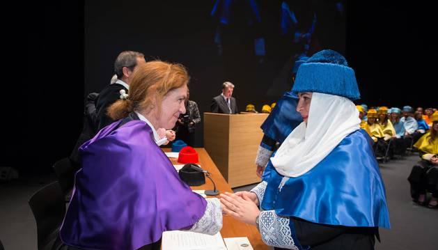 Raheema M. Aslam, con velo, felicitada por  la vicerrectora de Investigación de la UN, Icíar Astiasarán.