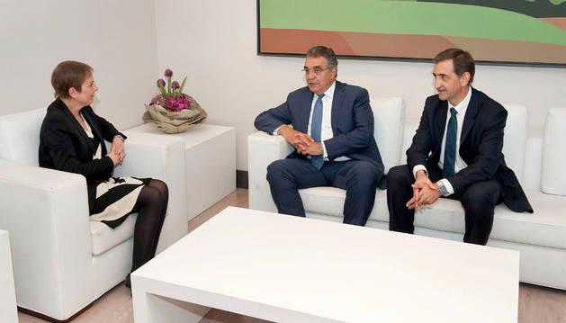 Uxue Barkos, el vicepresidente mundial de Volkswagen, Fco. Javier García Sanz, y el presidente de Volkswagen Navarra, Emilio Sáenz.