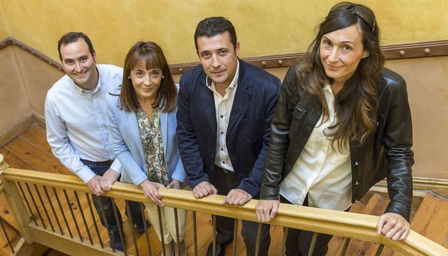 """Los ponentes de la charla """"Historia de mis grandes fracasos"""" posaron en la escalera de la sede de Diario de Navarra en Zapatería. Desde la izquierda: Javier Ábrego, Jesusa García, Ramón Sola y Ascen Cruchaga."""