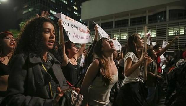 Activistas gritan consignas en una manifestación contra una violación colectiva en Brasil.