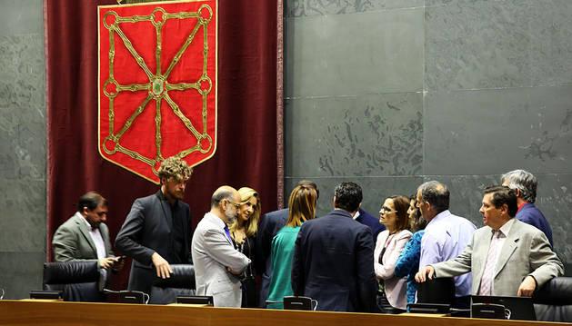 Representantes de los grupos conversan antes del inicio del Pleno.