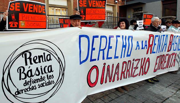 Una manifestación defendiendo el derecho a la renta básica.