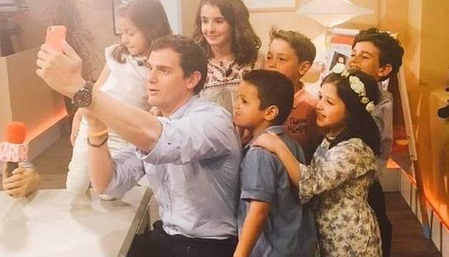 Albert Rivera se hace un selfie con varios de los niños participantes en el programa '26-J, quiero gobernar'.