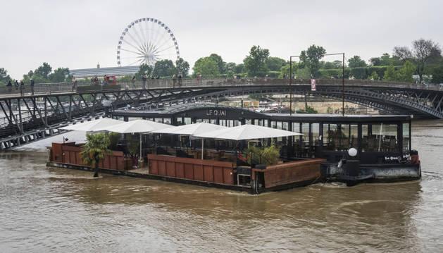 Varios barcos restaurantes parcialmente inundados por la crecida del río Sena, en París.