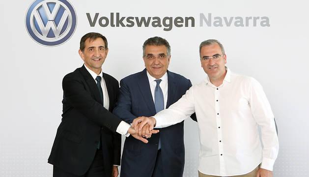 De izquierda a derecha, Emilio Sáenz Grijalba, presidente de VW-Navarra; Francisco Javier García Sanz, vicepresidente mundial del Grupo; y Alfredo Morales Vidarte, presidente del comité de empresa de la factoría de Landaben.