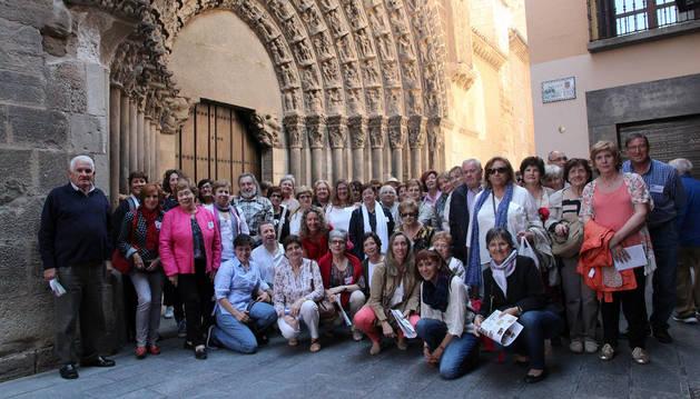 El grupo de miembros de los clubes de lectura de la Hoya de Huesca posa ante la Puerta del Juicio de la Catedral de Tudela.