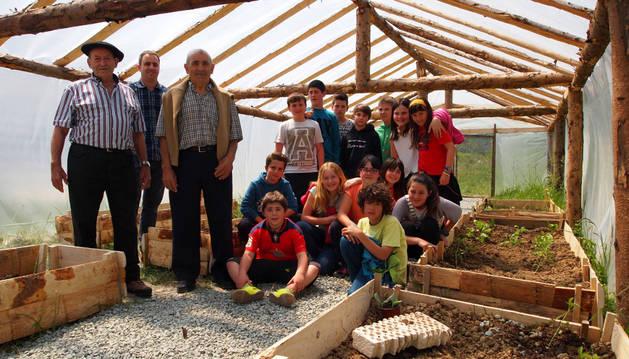 Desde la izda., Román Osta Esarte, Ignacio Sanz Pérez, Martín Landa Compains y alumnos de 5º y 6º de Primaria, en el invernadero.