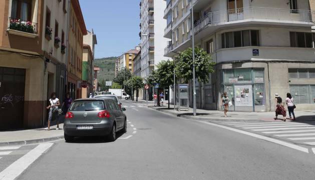 Calle Merindad de Sangüesa con un bajo lleno de carteles.