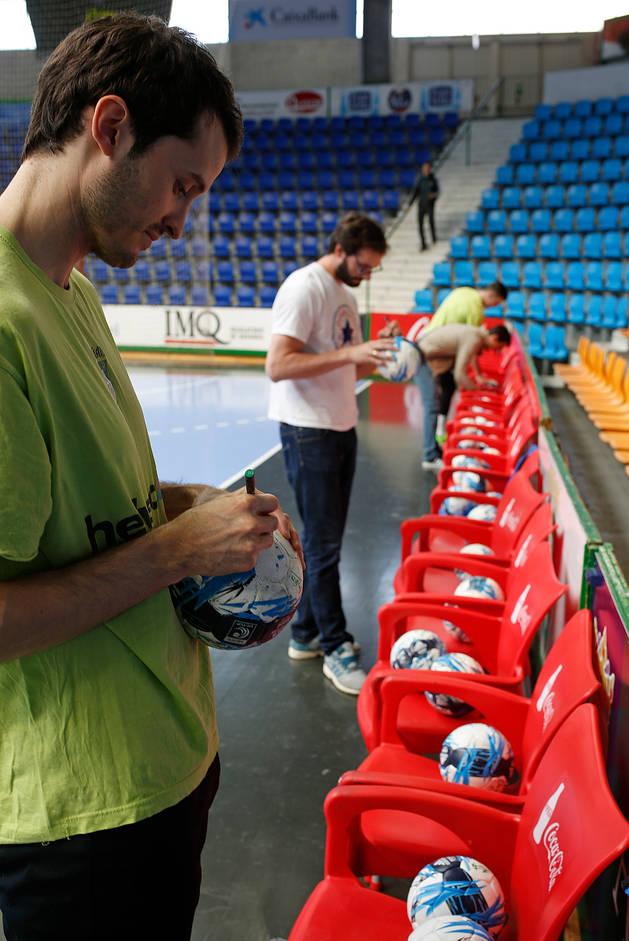 El pivote del Helvetia Álex Garza y, en segundo plano, el lateral Jorge Silva, firman unos balones.