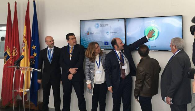El vicepresidente del Gobierno Manu Ayerdi, entre otras autoridades y directivos, pone en marcha simbólicamente la microrred.