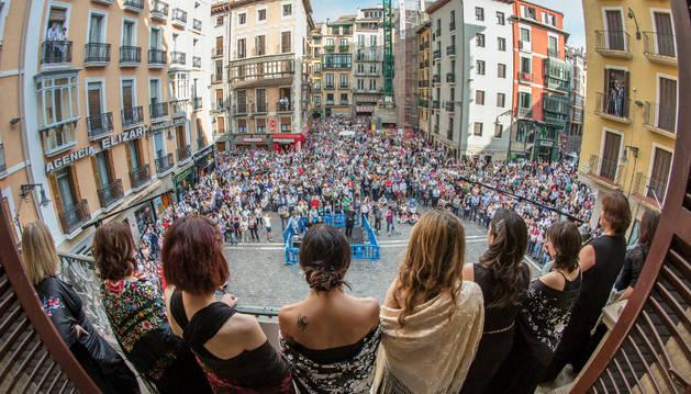La vista del público que tuvieron las sopranos del coro desde el balcón del primer piso de la fachada del Ayuntamiento.