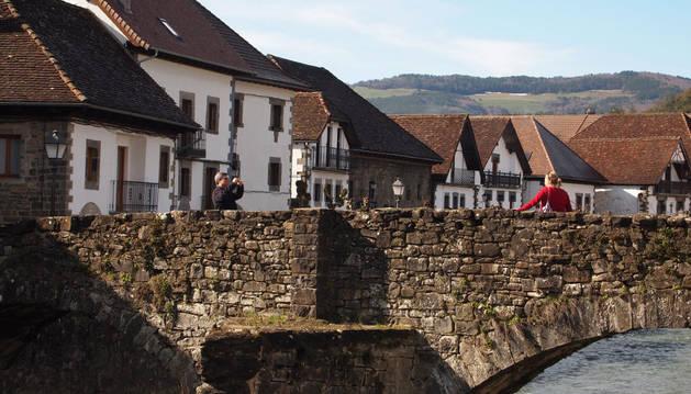 Imagen del puente medieval que atraviesa el río Anduña, donde se colocará la intervención artística.